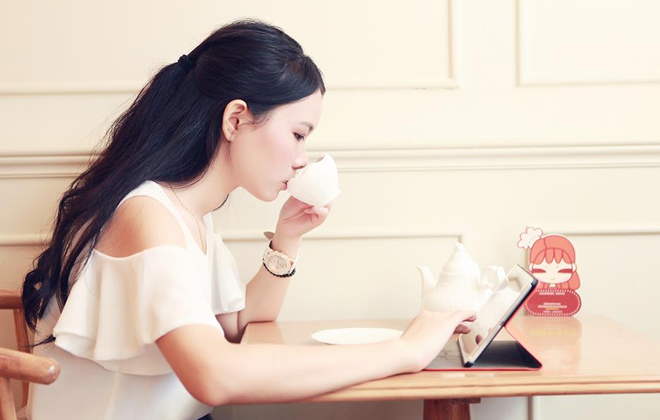 偶尔yan会到家楼下的蛋糕店喝个下午茶,荔枝玫瑰茶是她的最爱。