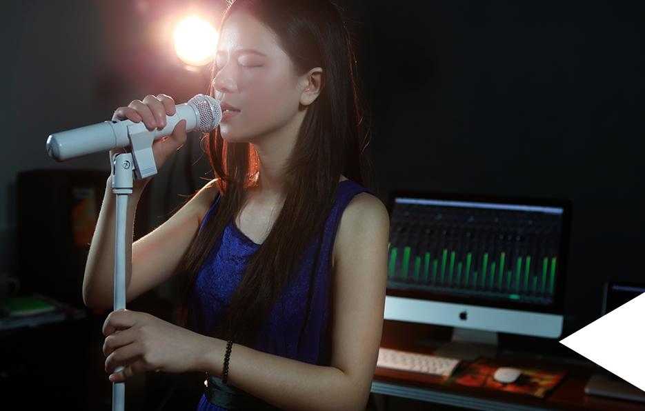 Miss经常到朋友的工作室里面帮忙录制Demo,只要碰到麦克风,就会马上投入所有感情。