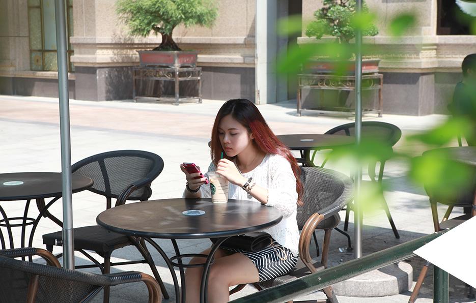 假日的时候,婧儿总会电话不断地约朋友,对她来说,一个人因为没有节目呆在家是一件无聊的事情,比起一个人,她更喜欢热闹。
