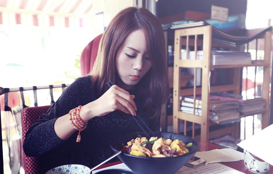 梓晴每周都必须有一顿拒绝淀粉的午餐,家附近有一家日式料理餐厅,那里的秘制麻辣烫是她的最爱。