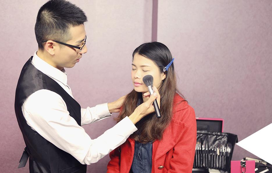 利用专业的彩妆知识技巧,为女生细心装扮,展现她们的魅力。亲和,有趣,和一颗温柔对待他人的心,是大家对轩轩的一致认可。