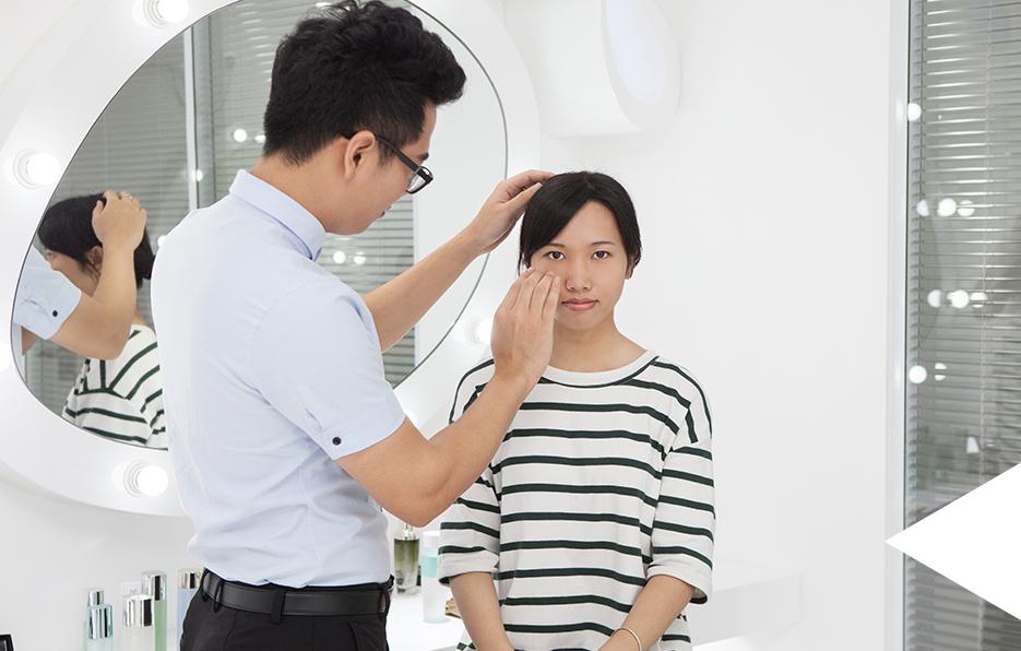 """""""爱美是人的天性,但是因为中国太大,科学资讯无法触及每个地方。所以很多女性目前无法对自己的肌肤状况达到正确的判断,有时候不得不花大价钱跟风。但实际上,护肤是一门专业的工作,识对皮肤选对产品,才能逐渐改善肌肤。"""""""
