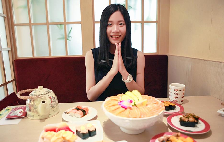 小萍对食物没有很大的兴趣,唯独寿司能让她展开笑容,但每次芥末都会让她笑着流泪。