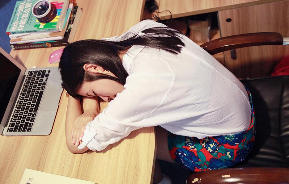 每次工作到累的时候,小萍总会不小心睡着,半夜醒来了就会继续工作。