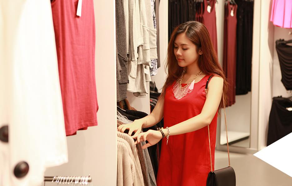 婧儿每次都会为买衣服烦恼很久,有选择困难症的她常常逛一个下午都没有挑选到自己满意的衣服。