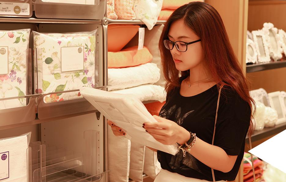 婧儿平常都是一个人住,因此所有的家务都是一个人做,有空的时候她会到商场买一些家居用品布置一下,换一个心情。