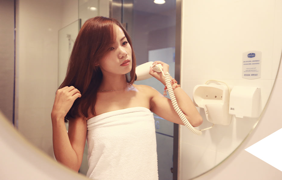 每次出差的旅途,到酒店的第一件事梓晴总会先简单梳洗一下,避免皮肤残留空气的污物造成肌肤伤害,也稍微减轻一点疲惫感。