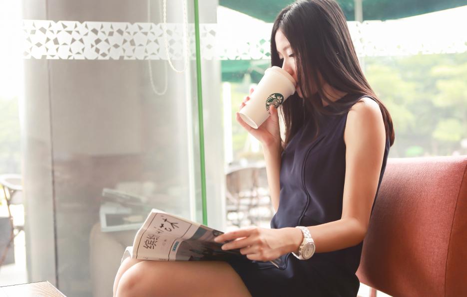 无论是朋友的约会还是学生的聊天,小萍总会挑选咖啡店,因为咖啡店的书籍总能打发一点点等待的无聊时间。