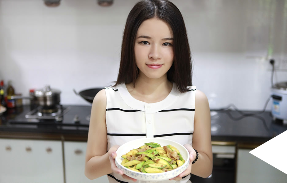 每逢周末,Miss都会很亲自下厨做菜,虽然不是什么华丽的菜式,她总会觉得有一种满足感。