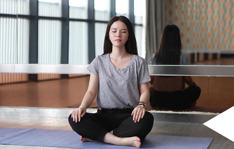 Miss 在健身会所办了一张会员卡,但是她永远只会呆在瑜伽室,比起其他健身的器材,瑜伽似乎更吸引她。