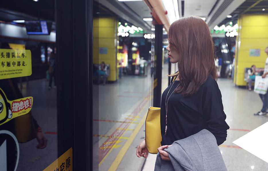 地铁是梓晴最熟悉的交通工具,每天穿梭在上班下班的路上,她已经慢慢习惯在大城市的这种孤独。