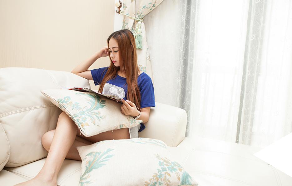 周日闲暇休息的时光总是美丽,翻阅一本悦心的杂志,窝在沙发上,扫去疲倦,也给心情带来一线阳光。