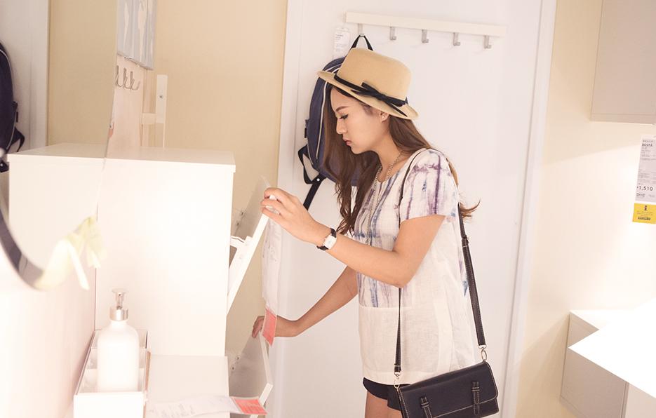 娜娜喜欢逛家居品,尤其钟爱白色。小到一个盘子,一套瓷具,大至一个鞋柜,一面书橱,她都会选用白色系的。有人说白色是最安全的颜色,因为在白色的氛围里,你会感到完全舒适放松。娜娜喜欢置身在白色的臆想空间中,所有白色的情境都会让她为之动容。