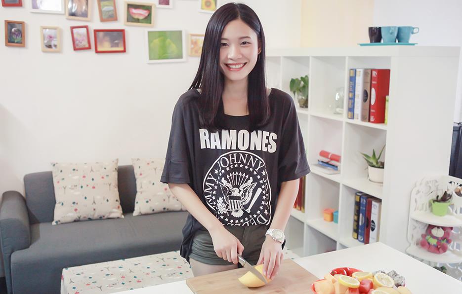 小萍的生活离不开水果,午饭过后她总会做一个水果拼盘,因为每次的量都比较多,所以公司的同事都因此享受到福利。