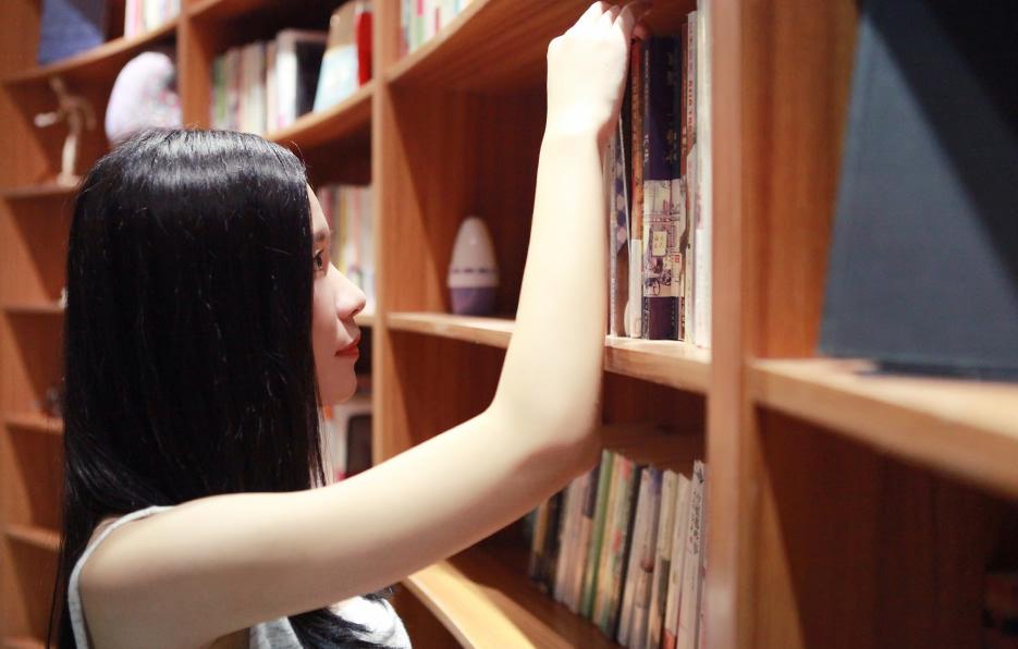 逛街永远比不上书店,每个月初小萍总会去书店购买一些有趣的书,在她的眼里没有什么比边喝下午茶边看书更写意的事情。