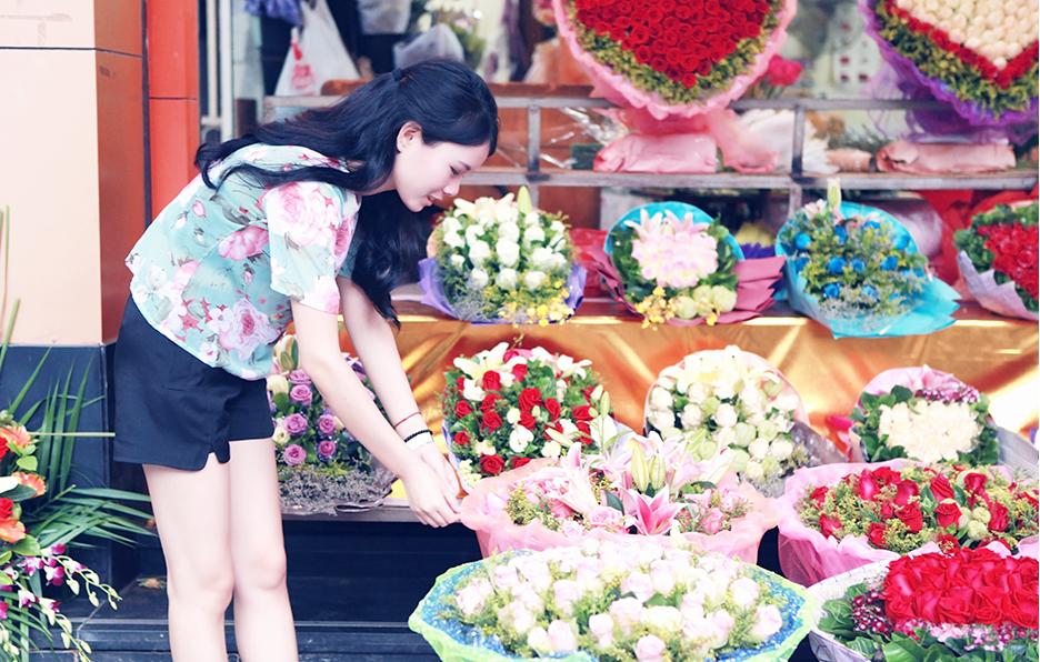 每当看到自己花店的任何一处不完美的地方,Yan总是会挑剔者重新摆弄,这种强迫症对于花店的同事已经见怪不怪。
