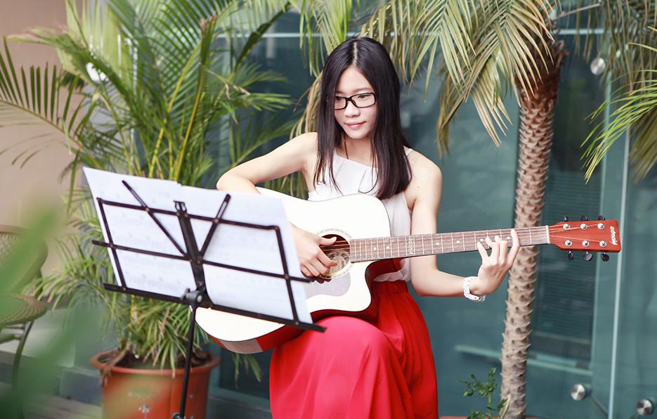 音乐是小萍的第一兴趣,只要有空闲的时间,她总会认真创作属于自己的音乐作品,一个人独处,陪伴她的总是吉他。