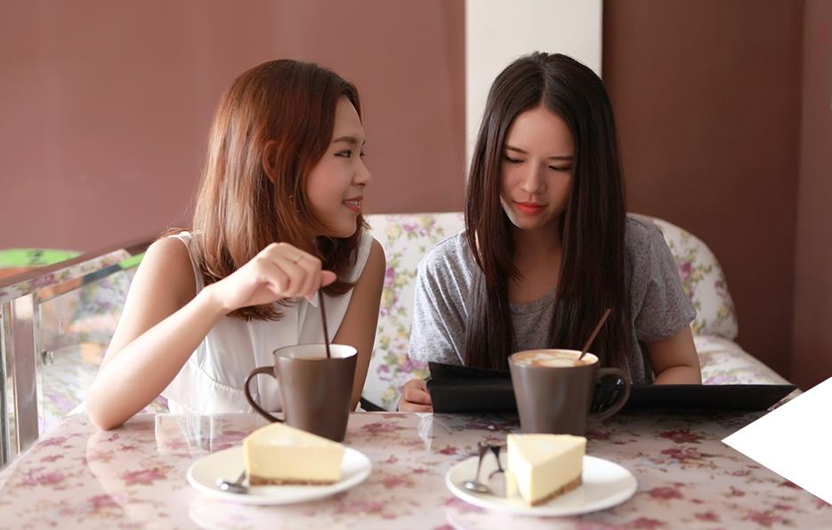 在周末的时候,Miss总会和好朋友Vira到附近的咖啡厅喝个下午茶,她总觉得一个慵懒的午后必须精致才会写意。