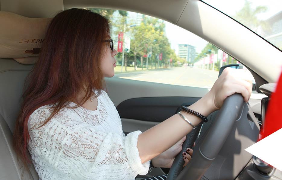 因为住得比较远,所以婧儿每天都会提前半个小时起床,尽量避开上班堵车高峰的时段。