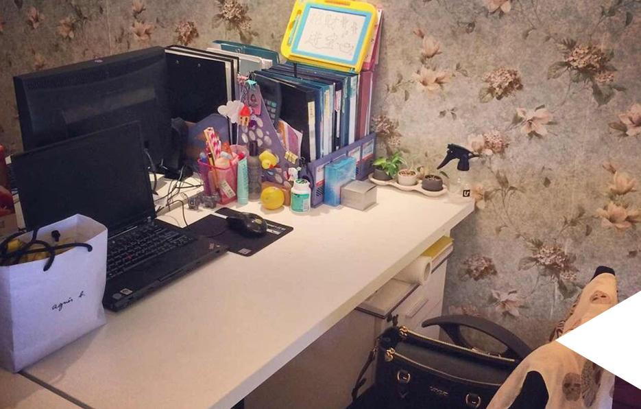 婧儿是一个极其喜欢整洁干净的女生, 其他办公室的同事只要经过她位置都会被整洁的办公桌吸引忍不住回头多看几眼。