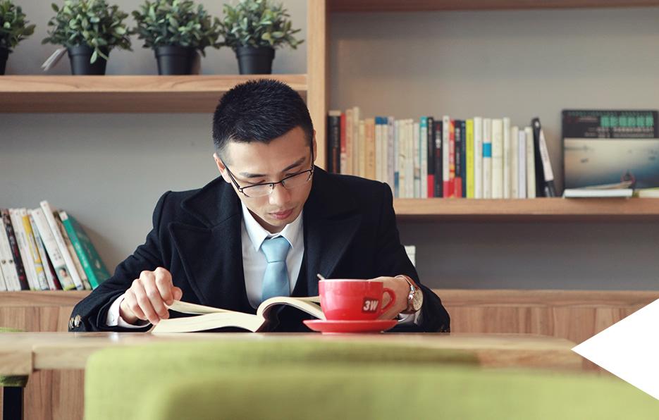 工作之余也会多看看书充实自己,书籍能给轩轩带来很多灵感,实现自我和生活的完美平衡。在熟悉的咖啡厅,来一杯爱喝的咖啡,翻阅一本令人惊喜的书。