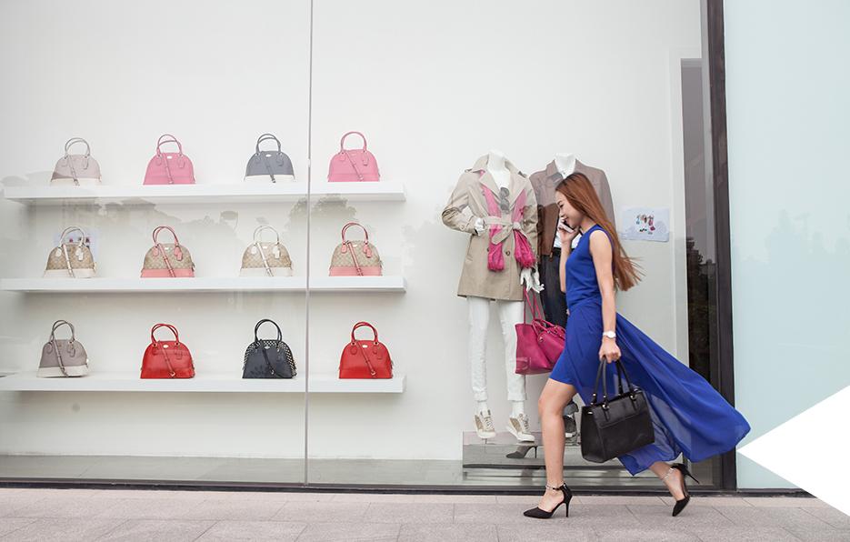 购物几乎是没有女孩子能抗拒的一件事物,奔走在商场,购买到自己喜欢的物件更能带来物质和心灵的双重愉悦。