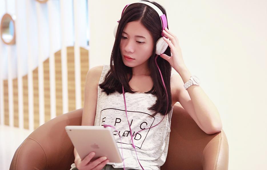 听歌是小萍进修自己音乐特长的方式,抒情的歌曲是她的最爱。