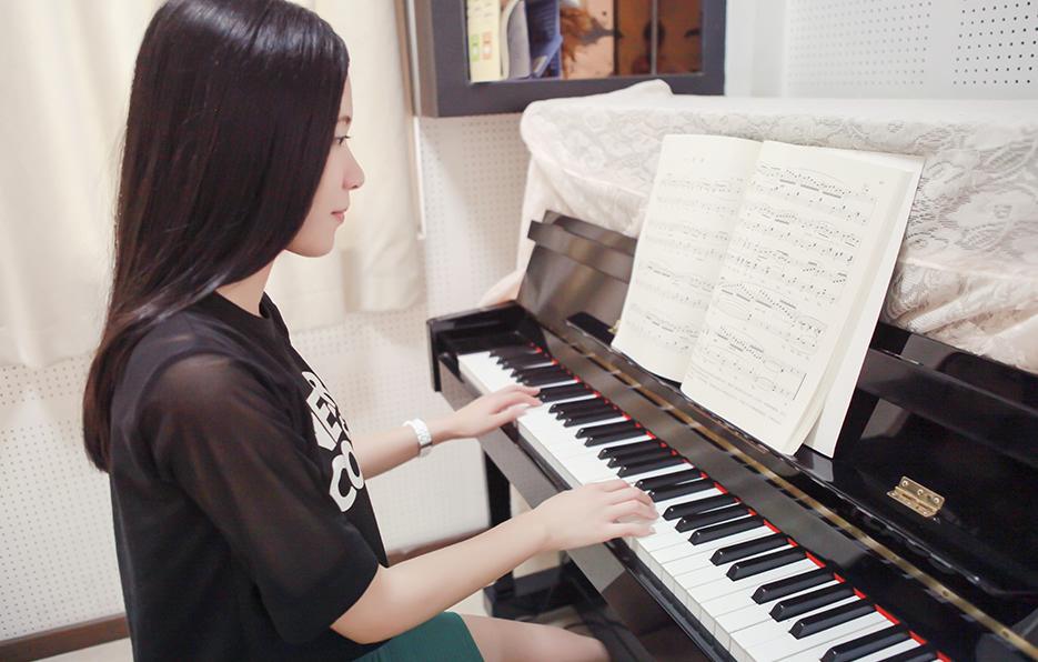 偶尔有空,小萍会到朋友的钢琴补习社代班一下,即使是简单的曲目也会再三练习,避免教课的时候出错。