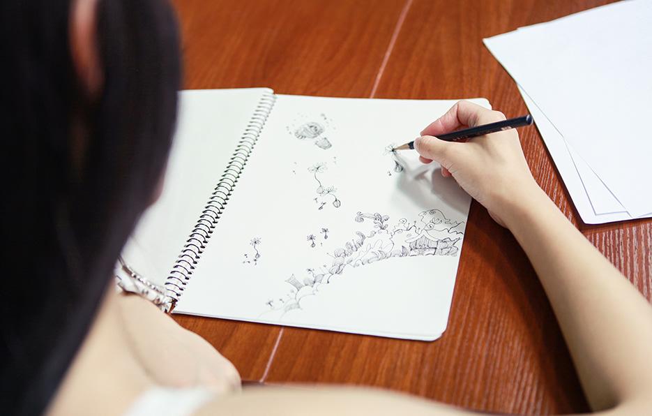 小萍在思考事情的时候喜欢随意地画画,但是画着画着就忘记自己原来在思考这件事了。