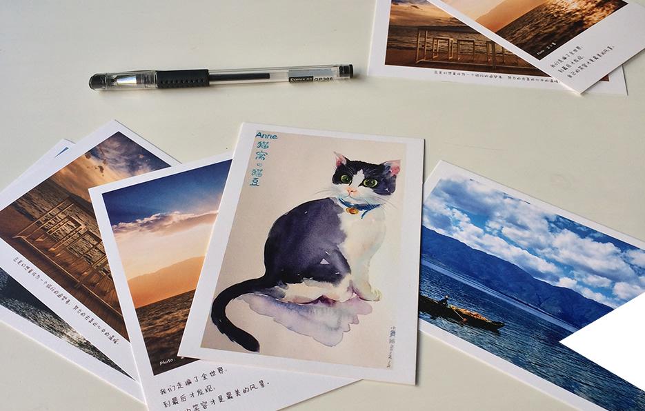 临别的时候,婧儿总不忘给朋友亲人们寄明信片,写下祝福对她来说也是一件快乐的事情。