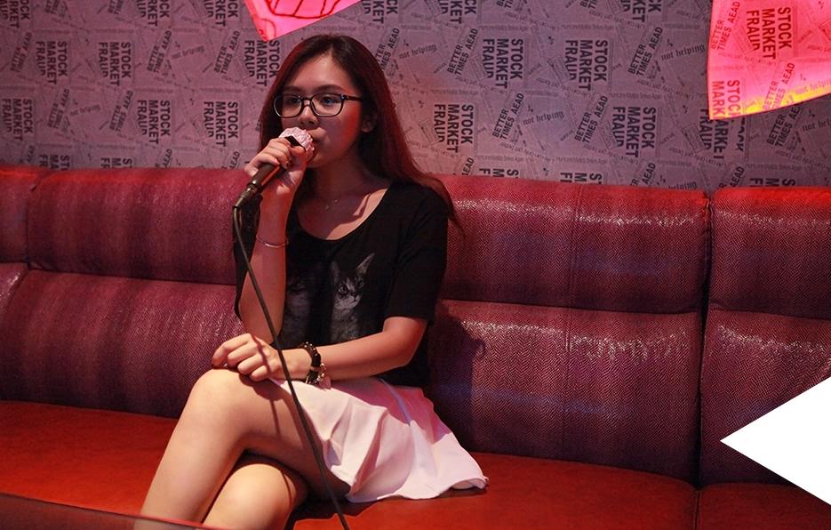 偶尔经过KTV,她会心血来潮地约朋友唱歌,每次朋友还没有到,她就已经唱累了自己。