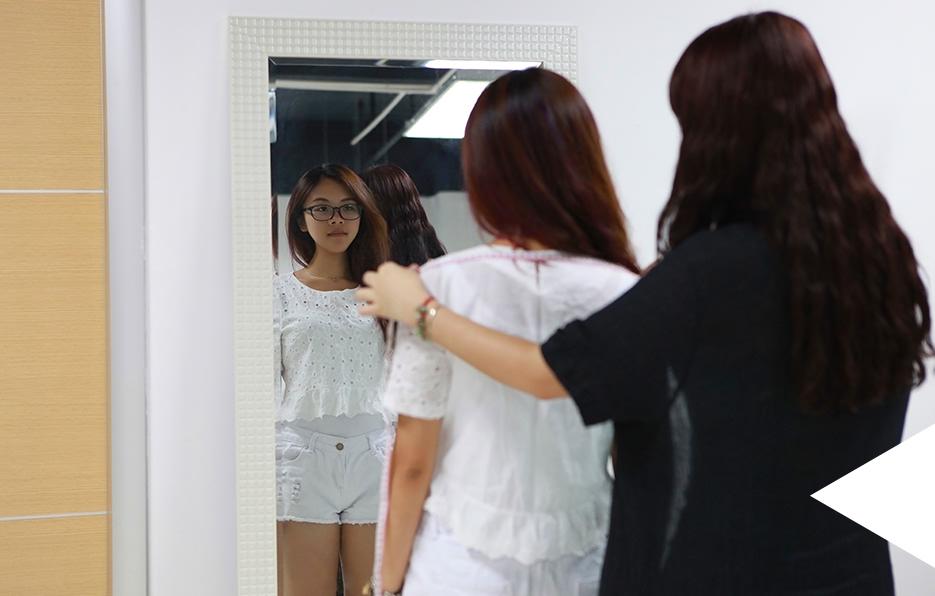 婧儿在设计师有空的时候都会请她为自己量身定制衣服, 流行的元素和身材的特点都能够在衣服上面呈现最好的效果。