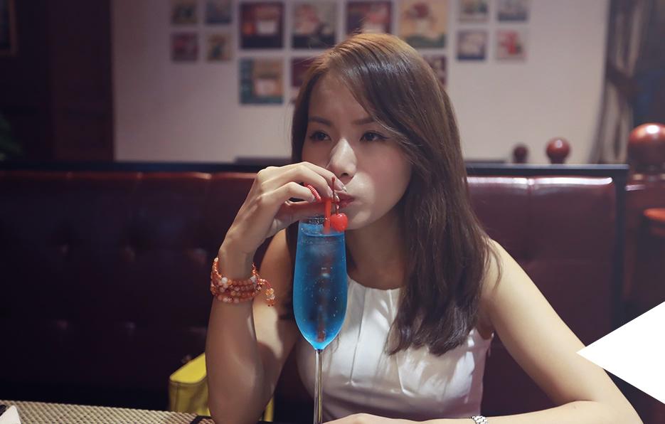 梓晴讨厌酒精,但是唯一不抗拒的就是特调的鸡尾酒,偶尔她也会自己到西餐厅点上一杯蓝色冰晶慢慢品尝。