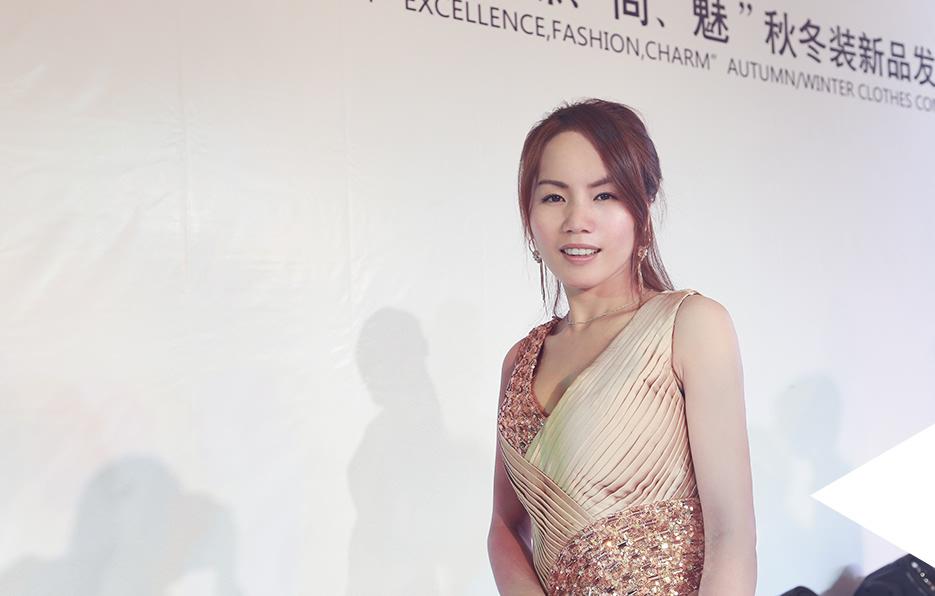 伊霓裳的新品发布会,梓晴被邀请当特别嘉宾,一向追求简约的她这次也精挑细选盛装出席。