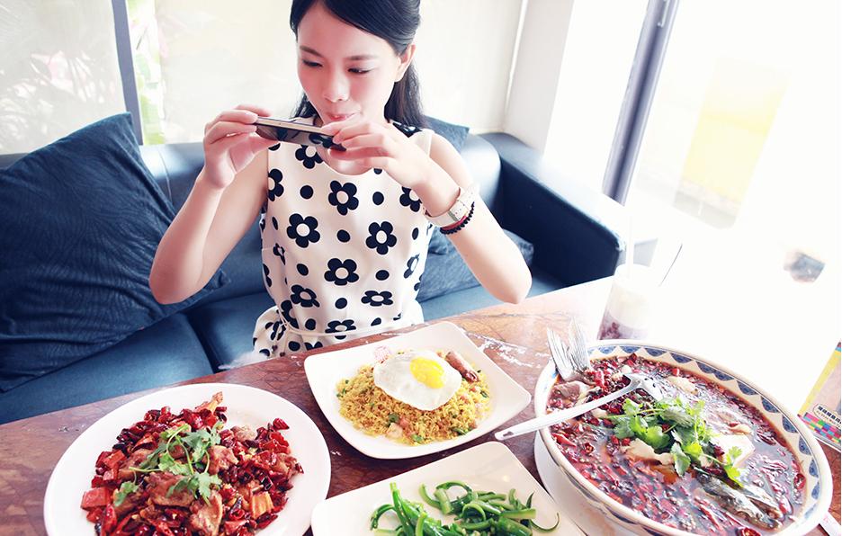 工作的时候表现专业,但是碰到美食的时候还是会像个小女孩一样拿起手机拍照。