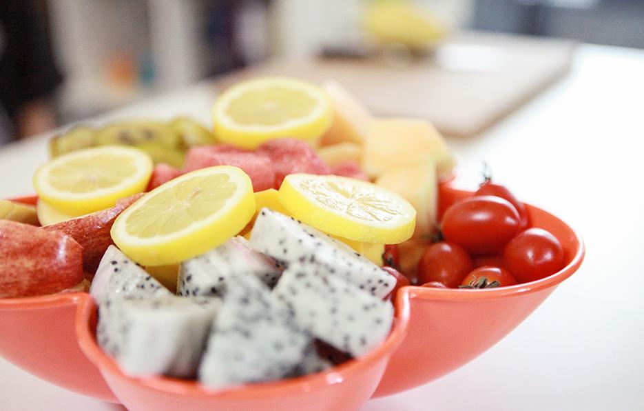 每次的水果拼盘小萍都会认真的按照营养比例去搭配,对饮食的健康她总是很讲究。