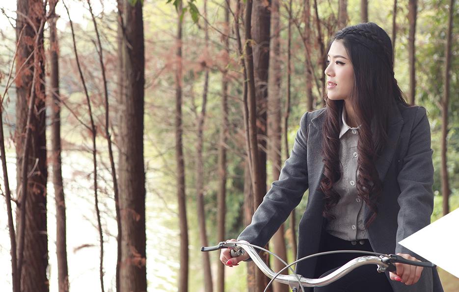 快节奏繁忙的都市,交通虽然很便利,但是梦梦感觉少了些什么。闲暇时,梦梦会踩上自己的小单车,游荡在充满暖意的绿道上,追赶冬末的尾巴。