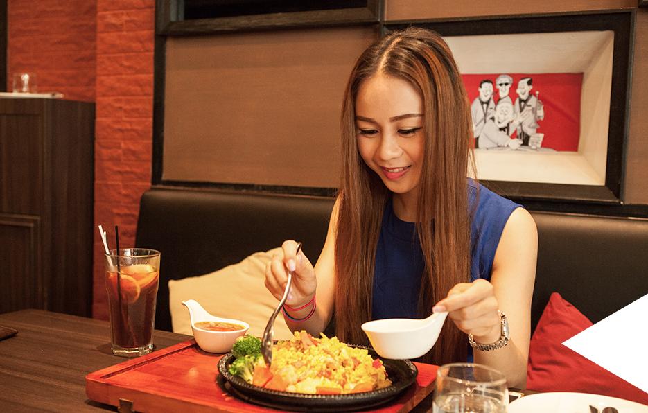 生活中要学会享受:享受家人的温馨,享受朋友的相伴,享受工作的快乐,享受收获的甜美。素媛每一天的享受,便从享受美味的食物开始。